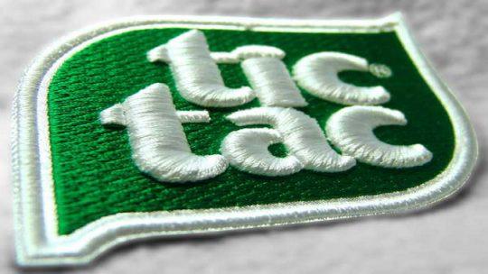Машинная вышивка логотипов на одежде
