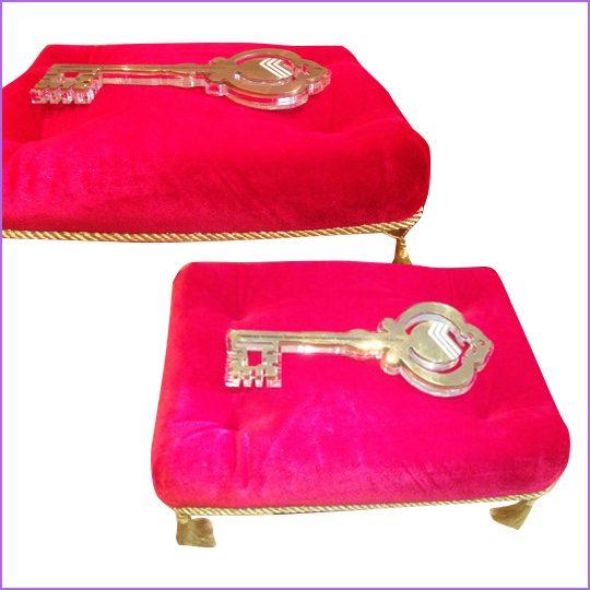 Ключ наградной. Материал: оргстекло 10 мм, золотистый акрил 2 мм. лазерная резка.